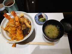 この後、郡山から新幹線で東京へ戻り、羽田で一泊しました。同日乗り継ぎではないので、とても気が楽です。  紅葉と温泉と美味しいご飯、全部かないました! 東北の秋の旅は、お天気にも恵まれ、とってもいい旅になりました。 ありがとう、福島!     \(^o^)/  最後の夕食は、羽田のANAターミナルの5階にある天政で天丼。 旅の初日はうな丼、最終日は天丼と、どんぶり尽くし。なんとなくバランスがとれたね、と笑ったことでした。何がバランスなんだかよく分かりませんが…    (≧▽≦)