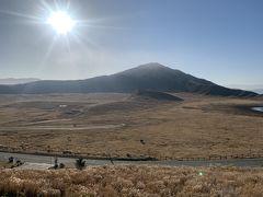 背景に烏帽子岳がそびえる景勝地、草千里ヶ浜。