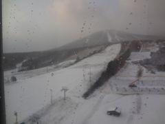 昨日、ホテルに戻ってきたときは雨でした。朝食事を済ませ、カーテンを開けて部屋から見たら積雪でビックリしました。