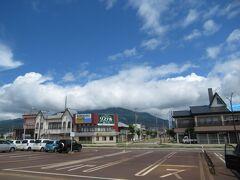 駅前から伸びる通りの先には磐梯山。高原リゾートの玄関口という感じで誠によくできた駅である。