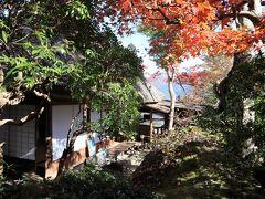 強羅公園の中にある茶苑。茅葺屋根の家が、茶室になっています。