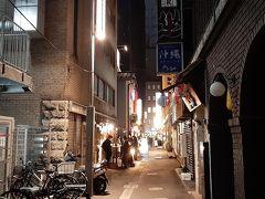 丸の内から東京駅の連絡通路を抜けて八重洲に出てきました。 八重洲側もいよいよ再開発が始まり南側が建設中  この北側は、まだ裏路地が残っているので 立ち飲み屋に入って軽く飲みながら食事です。  八重洲側も丸の内のような高層ビル群になると 路地裏居酒屋も無くなり寂しい・・・。