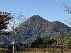 いつもなら「道の駅 京丹波 味夢の里」に立ち寄るんだけど、今回は今年初めて立ち寄って様子がわかった由良川PAで休憩にしました。 写真の山は砥石ケ岳。この地区で古くから親しまれ、信仰の対象とされた山で、中腹には砥石を産出した跡があります。  関連旅行記:『バスツアー復活♪ 夕日ケ浦で贅沢ランチ&久美浜でメロン狩り体験』 https://4travel.jp/travelogue/11632655