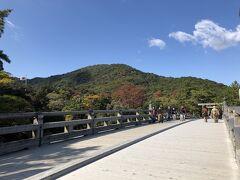 宇治橋からの眺め。少し木々が色づいてきれいです。写真の左の方に国旗が見えます。
