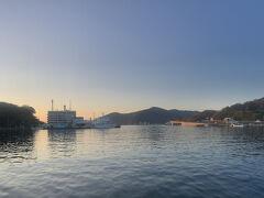朝焼けに染まる厳原港。