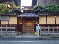 京都駅でMちゃんと落ち合い、少し観光した後、柊屋に到着。 京都市役所の斜め向かいという立地。  こういう建物大好き! 風情ある町屋の佇まい! ワクワク!!    《柊屋  京都市中京区麩屋町姉小路上ル》
