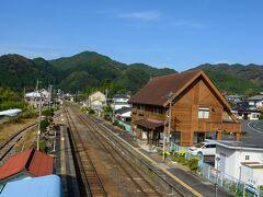 山に囲まれた上小川駅。