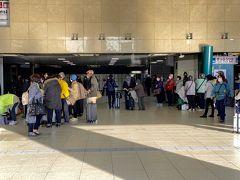 新大阪から伊丹に向かいます。 この日は年輩の団体客が多かった。  団体旅行が戻ってきたね… ガラガラのボーナスステージはもう終わりか。