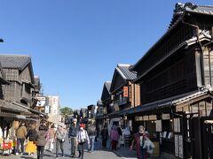 おはらい町通り、そしておかげ横丁を散策。石畳のレトロな風情ある街並みです。お土産屋さん飲食店が並んでいます。ワクワクしながら進みます。