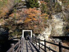 吊り橋を渡り対岸に渡ります。紅葉の旬は過ぎたようです。