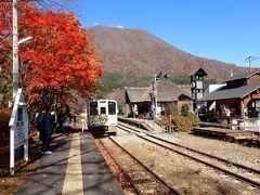 会津田島駅から湯野上温泉駅までは会津鉄道のリレー快速に乗車して湯野上温泉駅で下車します。春には桜と茅葺屋根の駅舎の組合せが有名です。大内宿までは猿遊号(バス)で往復します。