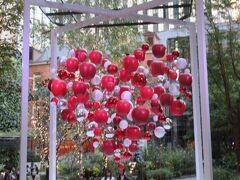 丸ノ内ブリックススクエア 「LOVE 愛を思う」 愛を象徴するハートマークが空中に浮かびあがるオブジェ。