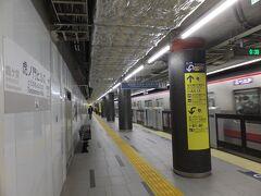 日比谷線に乗り換え、最近できたばかりの虎ノ門ヒルズ駅で下車。 この駅、銀座線の虎ノ門駅との改札外乗り換え駅になってます。 改札外乗り換え駅をうまく使うと、実質、途中下車できるんです。しかも最近その制限時間が30分から1時間に延長されました。ちょっとした用事ならこれで十分。 乗り換え専用のオレンジの改札機を選んで改札を抜けます。きっぷの受け取り忘れずに。まあ、ICカードなら何も考えなくていいんですけどね。でもICカードだと実は料金引き落とされててもわからないけど切符だと確実に無料で通れたかどうかわかるので。それと旅情を生むような気がして。