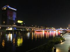 隅田川の河岸に出てみました。 アサヒビールの炎のオブジェ。