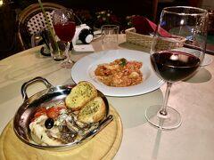 魚介のトマトリゾットと、鮮魚のアクアパッツァ 赤ワインと林檎のカクテルで乾杯~!