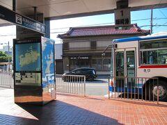 河和駅は終点で、改札一箇所、出口も一箇所。 駅ビルには名鉄系のスーパーが入っていて便利。 一般的には篠島、日間賀島へは、左手に徒歩5分の河和港から高速船に乗って行きます。 今回は写真の知多バスで師崎(もろざき)港まで移動し、師崎港から高速船で日間賀島の西港へ渡ります。高速船代が河和港からと比べると半額の710円。バスは片道300円ですが、往復乗るので、知多バス・海っ子バス共通1日乗車券500円を利用しました。