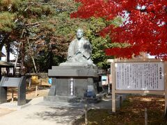 正座した上杉鷹山の銅像。