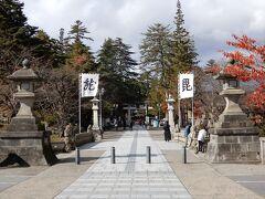 上杉神社へ 龍と毘の文字の軍旗。