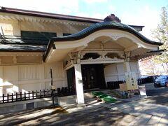 上杉氏ゆかりの文化財を多数収蔵する稽照殿 「愛」で有名な直江兼続の兜がありましたが、内部は撮影禁止でした。