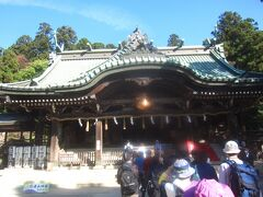 拝殿には大きな鈴がぶら下がっています ん~~、でかい!  こちらの拝殿は標高270mの場所にあるので両本殿は約600m上にあります(男ノ神(伊弉諾尊)=西峰(男体山)頂上)まで601m、女ノ神=(伊弉冊尊)=東峰(女体山)頂上まで607m) ここから山頂まですべて筑波山神社の社地になっています