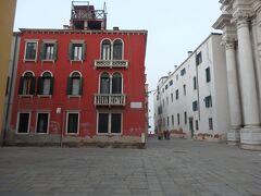 ホステル隣にはジェズイーティ教会。  ちょうどここはベネチア島の北の端っこで、そこはもうムラーノ島が向かいにある海になり、建物の間を抜けたらすぐにフォンダメンタ・ヌォーヴェ A(ヴァポレット乗り場)があります。