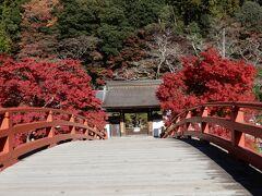 「太鼓橋」の中腹あたりで室生寺の「表門」が見えてきたよ