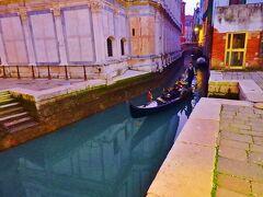 そしたら向こうから最高の被写体が。  ヴェネツィアといえばゴンドラ。