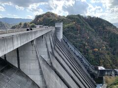 途中のおばちゃん市・山岡へ寄ろうとしたら車が並んでいたのでこちらのダムで停車