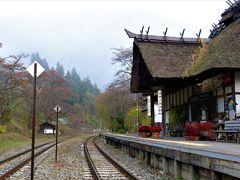 渓谷に沿うようにある湯野上温泉だが、そのターミナルとなる駅舎(会津鉄道会津線)も茅葺きで風流な佇まい。