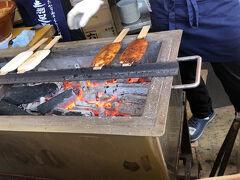 五平餅をいただきます。 わらじ型の味噌だれ 350円 あつあつでとても美味しいですよ。