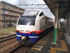 このまま弥彦線の接続駅、東三条まで乗りたい所ですが、柏崎から東三条だと59.9kmで特急料金が最安の50kmまでを超えてしまいます。なので手前の見附で下車すれば48.1kmで50km以内に収まり440円程安くすみますし、見附で降りて後続の普通列車に乗り換えても弥彦線に接続するので14:24見附に到着し、下車します。