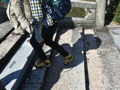 参道の石橋は花崗岩です。