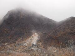 グイグイ山へ向かって車を走らせると硫黄の雰囲気が近づいてきます。