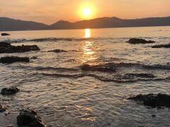宿泊したザ・ビーチフロント・ミジョラの下の浜から夕陽を眺める。