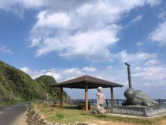 夢をかなえるカメさんと笠利崎灯台。