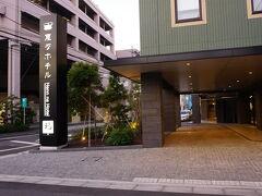 フロントが無人ということでちょっと気になっていた変なホテル 大鳥居駅から徒歩数分で着きました。(16:45) 日本語以外の言語を話していた人が2名ほど、自動ドアの横で立ち話をしていました。