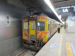19時48分頃、所定より数分遅れましたが、自強373次列車は新装なった高雄駅に到着しました。 台東に向け発車するDR3000型ディーゼルカーを見送ります。