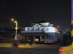 「御宿商旅 站前館」の向かいには、1941~2002年に供用されていた高雄駅の旧駅舎を移設のうえ活用した「高雄願景館」の建物がありました。 日本統治時代に清水組(現清水建設)が手がけたこの壮麗な駅舎は、夜になると美しくライトアップされます。