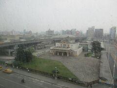 翌朝、宿泊先のホテルの部屋から撮影した「高雄願景館」(旧高雄駅舎)