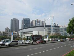しばらく北に歩くと、高雄アリーナの巨大な建物が見えてきました。 体育館やコンサートホールとして使用されている施設で、日本のアーティストのコンサートの開催実績もあります。