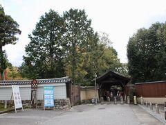 摂政九條道家が、東大寺と興福寺になぞらえようと「東」と「福」の字を取り、京都最大の大伽藍を造営したのが東福寺です。1236年より19年を費やして完成しました。