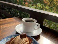足助屋敷を出て、一杯のコーヒーとモンブランを。 川のせせらぎと紅葉を奏でながら美味しいひと時。