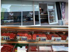 城跡に行く時に通った近江牛のお店(*゚▽゚*) 帰りに立ち寄りコロッケやら串カツなど揚げてもらってお肉も購入。  【近江牛 池もと】 http://oumibeef-ikemoto.com/