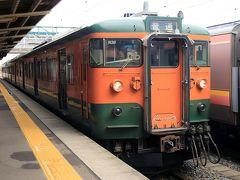 乗継の12:33発140M柏崎行きは1番線に115系の湘南色が停車しています。 先頭のクモハ115-1001に乗車しましたが、この列車もガラガラです。とう言うより殆ど乗客の姿がありません。1号車には自分を含めて3人で他の車両も似たようなものです。 昼下がりとは言えローカル線の現実で、115系なのでツーマン運転(でも運転士も車掌に女性だったのでツーウーマン?)なのでコストが掛かります。