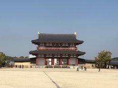 奈良公園へ向かう道すがら、行きにも見た平城宮跡の朱雀門を通りすがりにパシャリ。 唐招提寺と奈良公園は、間に奈良市役所を挟んで真逆方向なので、来た道をそのまんま戻ります。  レンタサイクルを借りる時、奈良市周辺の地図と奈良公園の無料の駐輪場の地図も貰えました。地図に書かれている駐輪場に向かい自転車を駐輪してまずは東大寺へ向かいます♪