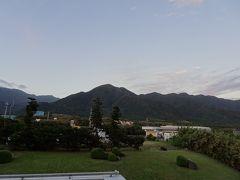 朝の部屋からの眺め。 昨日と違って、いい天気です。  今日は、白谷雲水峡ハイキング。太鼓岩まで行く予定。 ただ、午後は雨予報。少しでも晴れが続いてほしいのですが・・