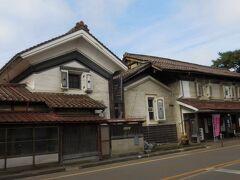 解説によると、この位置から見た建物に、小田付の蔵の特徴がよく出ているそうです。つまり、  ①2階の窓に観音開きの土戸が付けられている。 ②土戸の内側を黒く塗りごめている。 ③窓枠上部も黒しっくいで仕上げている。 ④壁と軒の接合部も黒しっくい。 ⑤屋根は会津特有の赤瓦。   これによって小田付は赤、白、黒の街並みになっています。   町のかたち 村のかたち ~日本の町並み、集落景観の図解サイト~から抜粋  http://machinokatachi.main.jp/07/07_otazuki.html