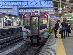 6本の電車を乗り継いで会津若松駅に到着!綺麗なお辞儀をする乗務員さんの上下関係がわかる構図(笑)