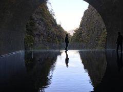 更に奥へ進んでいくと幻想的な空間がありました。 トンネルの向こうに人が一人立っています。 鏡面の様な水面は穏やかで人の影を静かに映していました。 ボリビアのウユニ塩湖で見た光景に似ています。  この美しい幻想的な写真は今回のツアーでご一緒になった ご夫婦の奥様にラインで送っていただきました。 奥様は写真を撮るのがお好きな方で「よかったらお使いください」と 掲載の許可を頂き私たちのブログに使わさせていただきました。  美しい写真をありがとうございます。 送っていただいた他の写真も順次ブログに掲載させていただき ますね。