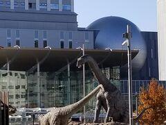 福井駅前の恐竜たち ちょうど動き始めたところでした ラッキー!!  何分おきかに動くので初めての方は 少し待ってみて下さい